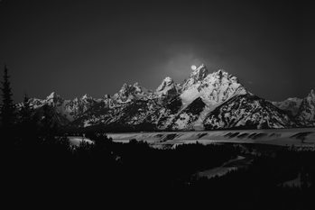 Umělecká fotografie  Full Moon Sets in the Teton Mountain Range