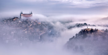 Exklusiva konstfoton Toledo city foggy morning