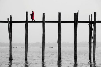 Glasbilder Buddhist Monk on the Jetty