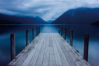 Glasbilder Wooden Jetty - in the Mountains