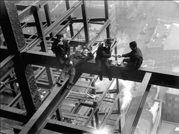 Workers eating lunch atop beam 1925 Kunsttrykk