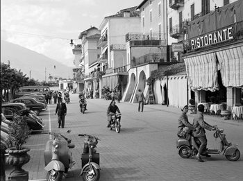 Street scene in Bellagio Italy 1950 Kunsttryk