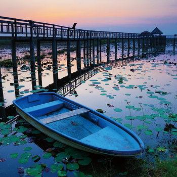 Skleněný Obraz Dřevěné molo - Modrá loďka