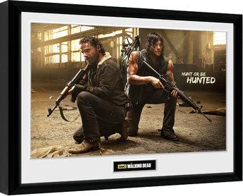 Afiș înrămat The Walking Dead - Rick and Daryl Hunt