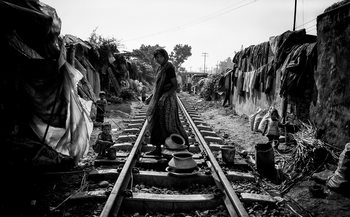 Umjetnička fotografija A scene of life on the train tracks - Bangladesh