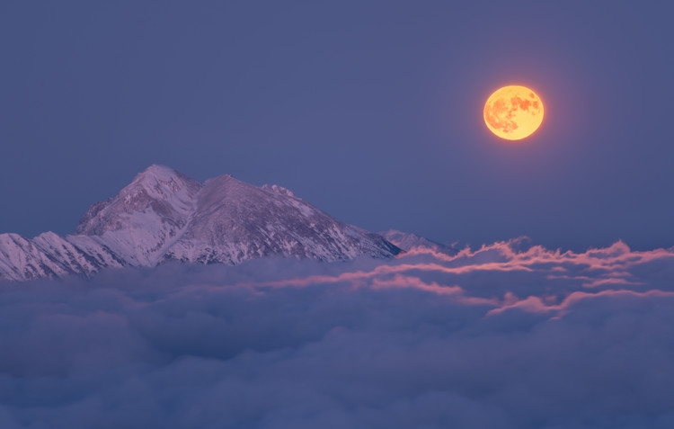 художествена фотография Super moon rises