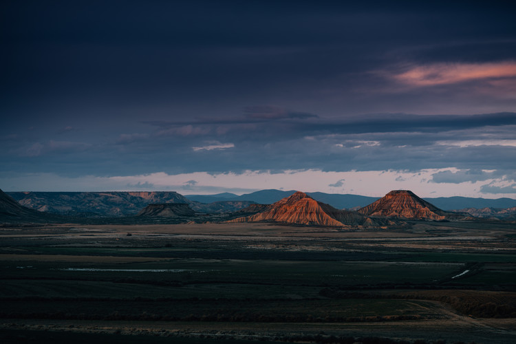 художествена фотография Two desert elevations with a susnet clouds