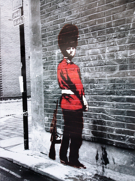 banksy street art queens guard poster affiche acheter le sur. Black Bedroom Furniture Sets. Home Design Ideas