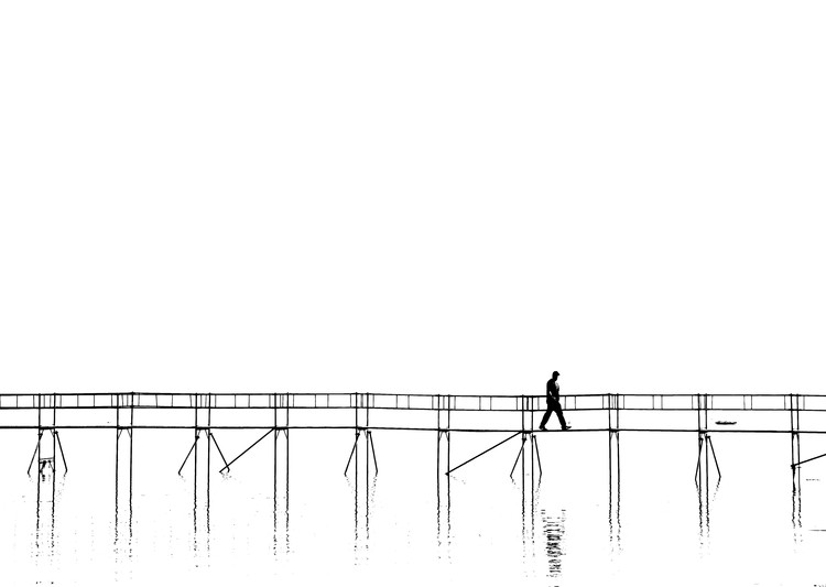 Kunst fotografie The lonely man on the plank bridge
