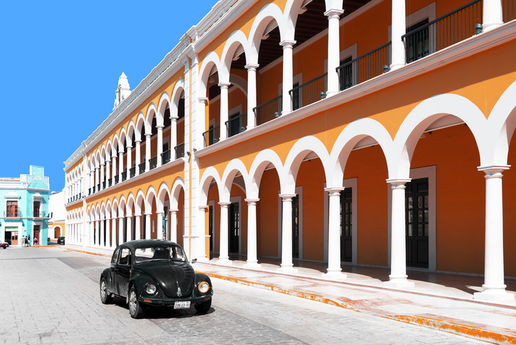 Umelecká fotografie Black VW Beetle and Orange Architecture in Campeche