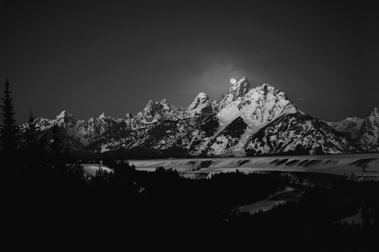 Kunstfotografie Full Moon Sets in the Teton Mountain Range