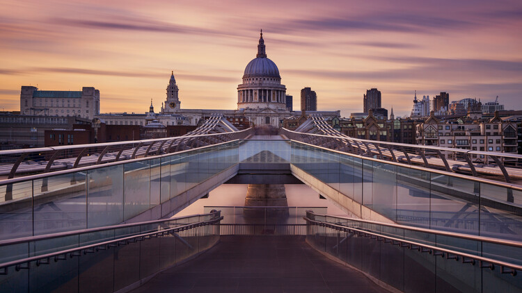 Fotografía artística Millennium bridge leading towards St. Paul's church