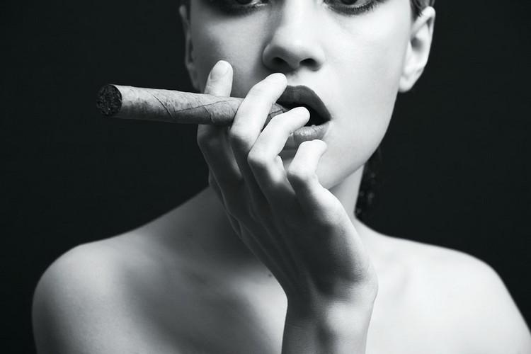 Cuadro en vidrio Passionate Woman - Cigar b&w