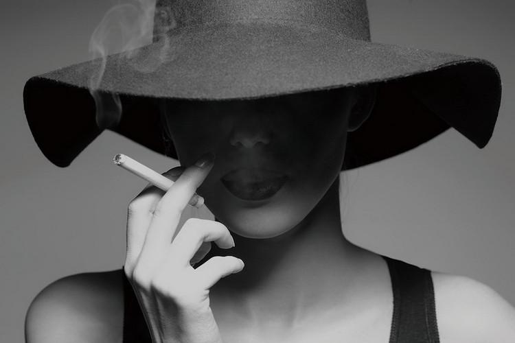 Cuadro en vidrio Passionate Woman - Smoking b&w