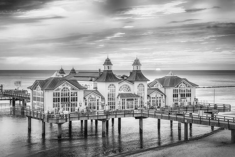 Exklusiva konstfoton BALTIC SEA Sellin Pier during sunrise | monochrome