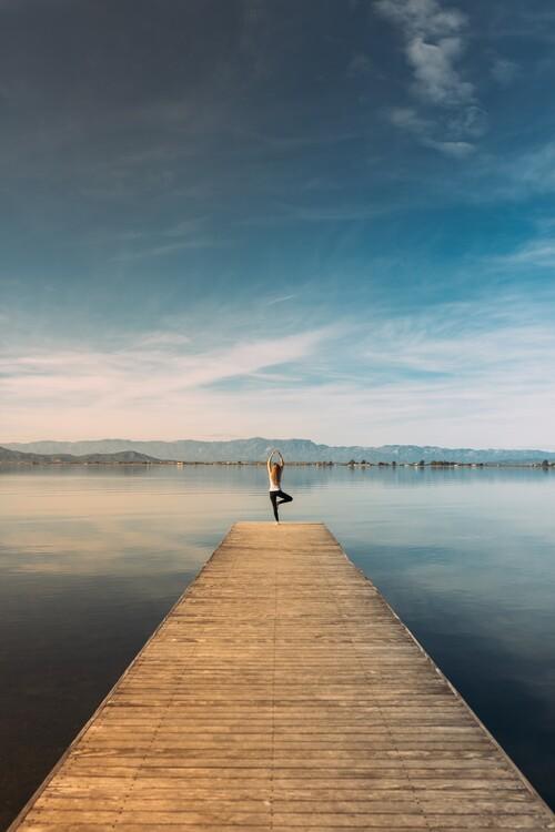 Exklusiva konstfoton Woman doing yoga in the harbor