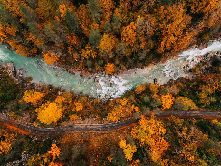 Exklusiva konstfoton River crossing the valley