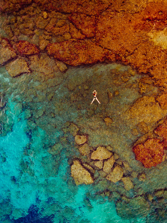 Exklusiva konstfoton Woman swiming at sea
