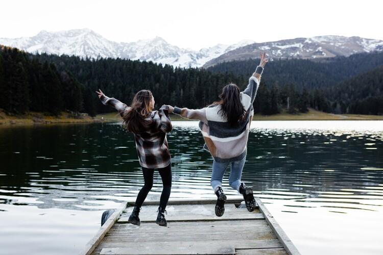 adventure friends on the lake Fotobehang