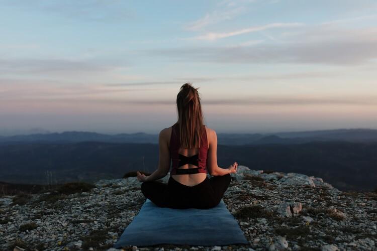 practicing yoga Fotobehang