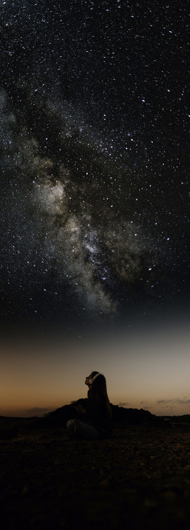 Ekskluzivna fotografska umetnost Woman enjoying looking stars with music.