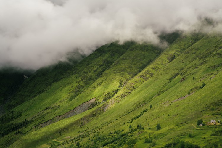 Fotomural Clouds over the green valley