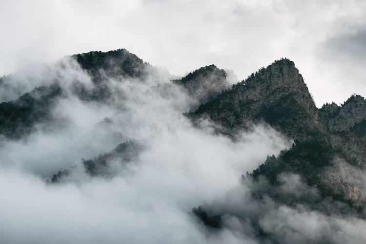 Clouds between the peaks Fototapet