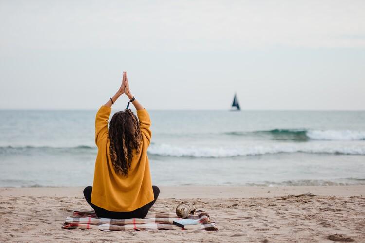 practicing yoga at beach Tapéta, Fotótapéta