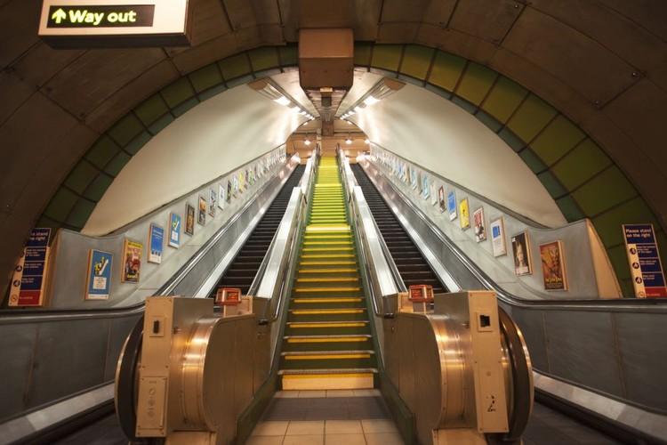 Podzemné metro - eskalátor Fototapeta