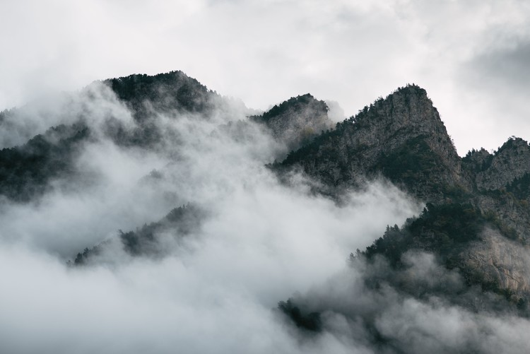 Clouds between the peaks Fototapet