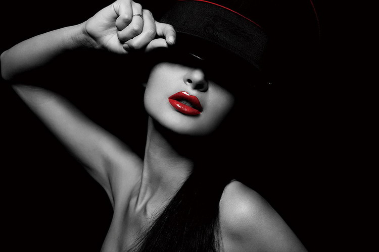 Glasbilder Passionate Woman - Hat and Red Lips b&w