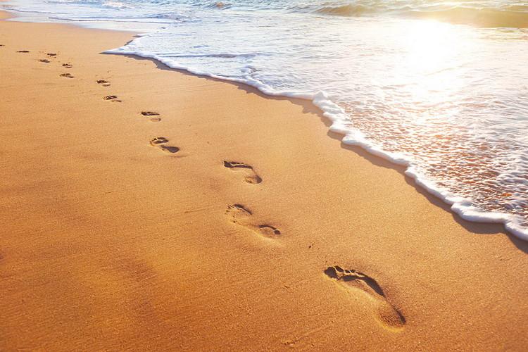 Glasschilderij Sea - Footsteps in the Sand