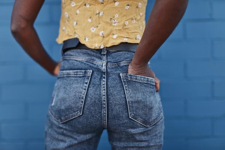 Kunstfotografier jeans over blue wall