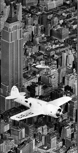 Hawks airplane in flight over New York city, 1938 Obrazová reprodukcia