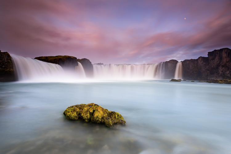 Cuadros en Lienzo Godafoss and the moon