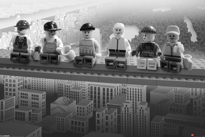 Plagát Lego - lunch on a Lego skyscraper
