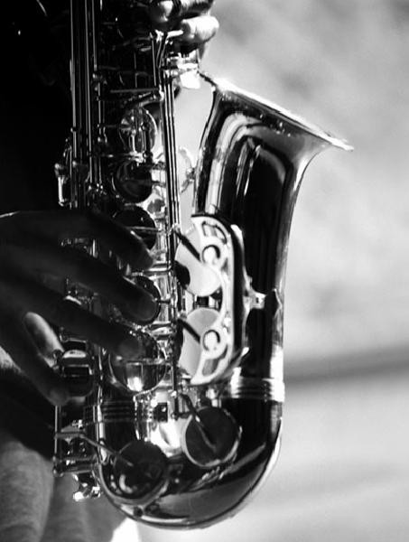 Hands of saxophonist playing Kunstdruk