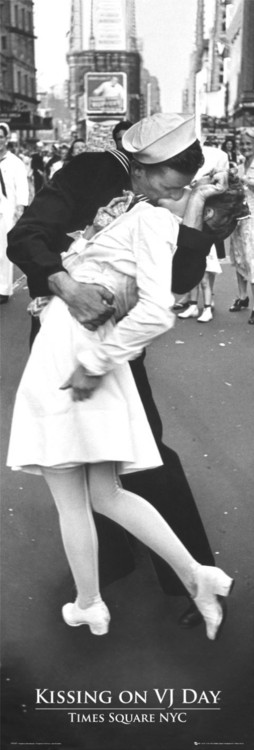 Kissing on VJ day Poster