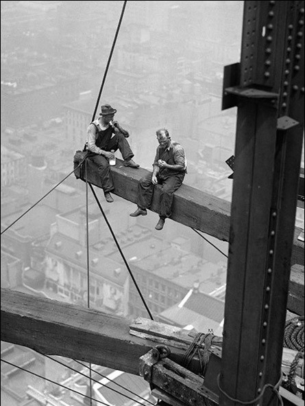 Workers sitting on steel beam 1926 Reproducere