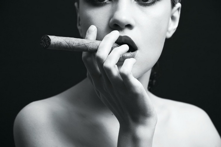 Quadri in vetro Passionate Woman - Cigar b&w