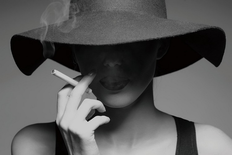 Quadri in vetro Passionate Woman - Smoking b&w