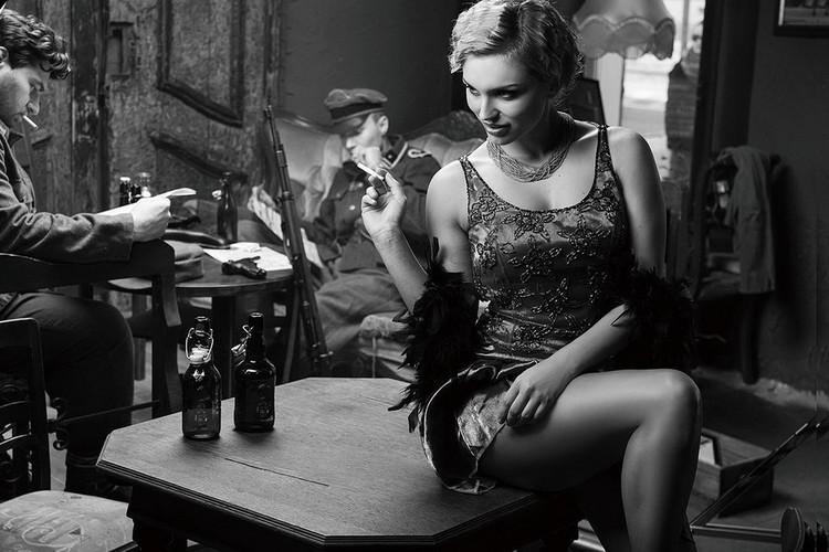 Szklany obraz Café - Sitting Woman