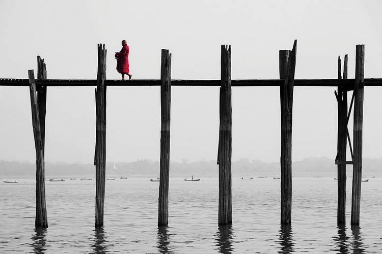 Tablouri pe sticla Buddhist Monk on the Jetty